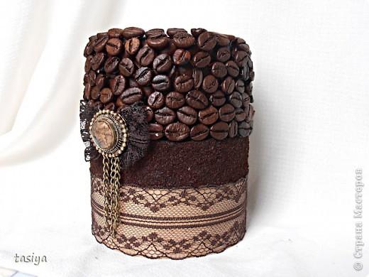 Свеча кофе с шоколадом. Трехслойная (посерёдке молотый кофе))))) Высота 12 см, диаметр 10 см. Идею с бантиком и висюльками подсмотрела у Этери http://stranamasterov.ru/user/137863  Свечи делаю из высококачественного парафина-свечного, у на он продаётся в плитах по 5 кг. Плавлю его вместе со стеарином в соотношении 1:5 (где 1 это стеарин). Плавлю на водяной бане. Заливаю в любую железную банку (ровную) подходящей формы, предварительно привязав на палочку фитиль (так, чтобы края палочки лежали на стенках банки) и опустив его в форму. Остывает свеча у меня в морозилке, около часа (зависит от объёма). Когда она остыла, возле фитилька образуется ложбинка, её можно залить остатками воска и добавить 5-10 капель эссенции. Чтобы извлечь свечу из банки, нужно опустить банку в кипяток на минутку, стенки свечи расплавятся и она легко достанется))) Далее клею зерна горячим пистолетом в 2 слоя, молотый кофе на ПВА, предварительно обезжирив нужную поверхность.Ну вроде как всё)))) фото 1