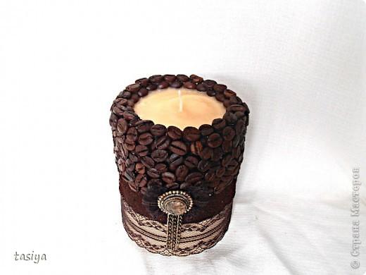 Свеча кофе с шоколадом. Трехслойная (посерёдке молотый кофе))))) Высота 12 см, диаметр 10 см. Идею с бантиком и висюльками подсмотрела у Этери http://stranamasterov.ru/user/137863  Свечи делаю из высококачественного парафина-свечного, у на он продаётся в плитах по 5 кг. Плавлю его вместе со стеарином в соотношении 1:5 (где 1 это стеарин). Плавлю на водяной бане. Заливаю в любую железную банку (ровную) подходящей формы, предварительно привязав на палочку фитиль (так, чтобы края палочки лежали на стенках банки) и опустив его в форму. Остывает свеча у меня в морозилке, около часа (зависит от объёма). Когда она остыла, возле фитилька образуется ложбинка, её можно залить остатками воска и добавить 5-10 капель эссенции. Чтобы извлечь свечу из банки, нужно опустить банку в кипяток на минутку, стенки свечи расплавятся и она легко достанется))) Далее клею зерна горячим пистолетом в 2 слоя, молотый кофе на ПВА, предварительно обезжирив нужную поверхность.Ну вроде как всё)))) фото 3