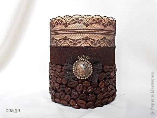 Свеча кофе с шоколадом. Трехслойная (посерёдке молотый кофе))))) Высота 12 см, диаметр 10 см. Идею с бантиком и висюльками подсмотрела у Этери http://stranamasterov.ru/user/137863  Свечи делаю из высококачественного парафина-свечного, у на он продаётся в плитах по 5 кг. Плавлю его вместе со стеарином в соотношении 1:5 (где 1 это стеарин). Плавлю на водяной бане. Заливаю в любую железную банку (ровную) подходящей формы, предварительно привязав на палочку фитиль (так, чтобы края палочки лежали на стенках банки) и опустив его в форму. Остывает свеча у меня в морозилке, около часа (зависит от объёма). Когда она остыла, возле фитилька образуется ложбинка, её можно залить остатками воска и добавить 5-10 капель эссенции. Чтобы извлечь свечу из банки, нужно опустить банку в кипяток на минутку, стенки свечи расплавятся и она легко достанется))) Далее клею зерна горячим пистолетом в 2 слоя, молотый кофе на ПВА, предварительно обезжирив нужную поверхность.Ну вроде как всё)))) фото 5