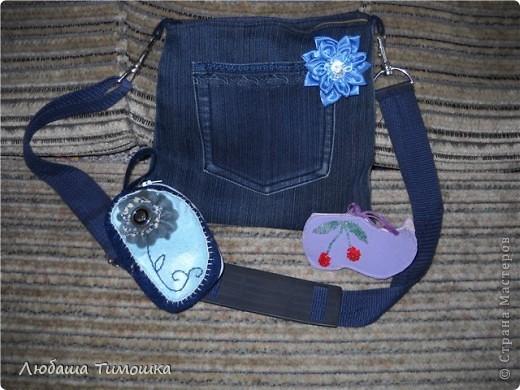 """Сумочка и моих джинсов, ремень у сумки - сняла со своей старой сумки, цветочек - самодельный.  Косметичка - набор фетровый """"Сделай вместе с мамой"""" (делали напополам с Настей). Правда фетр продублировала бязью, чтобы попрочнее косметичка получилась  Игольницу сделала уже давно. Все сфотографировать не получалось. Вишенку делала Настина одноклассница Катя фото 1"""