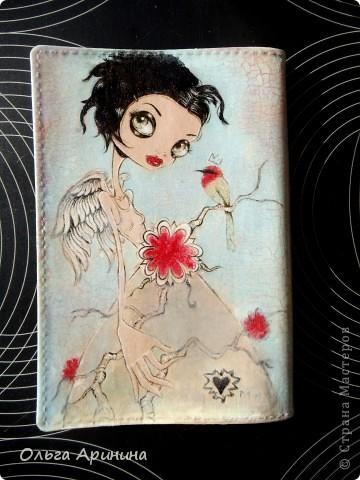 """Кожаная обложка для паспорта """"Ангел"""", декорированная в технике декупаж с применением кракелюра,подрисовка акриловыми красками, покрыта стекловидным лаком. В декоре применялись распечатки работ Caia Koopman фото 3"""