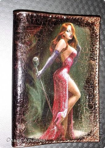 """Кожаная обложка для паспорта """"Бриллианты"""". Декорирована в технике декупаж с применением кракелюра. Оформлена уголками-стикерами, стразами. фото 2"""