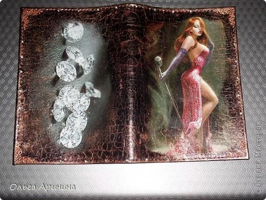 """Кожаная обложка для паспорта """"Бриллианты"""". Декорирована в технике декупаж с применением кракелюра. Оформлена уголками-стикерами, стразами. фото 1"""