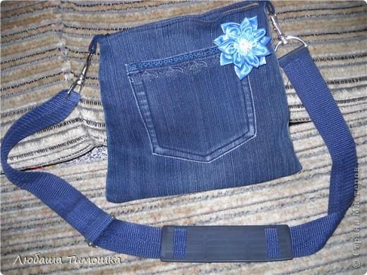 """Сумочка и моих джинсов, ремень у сумки - сняла со своей старой сумки, цветочек - самодельный.  Косметичка - набор фетровый """"Сделай вместе с мамой"""" (делали напополам с Настей). Правда фетр продублировала бязью, чтобы попрочнее косметичка получилась  Игольницу сделала уже давно. Все сфотографировать не получалось. Вишенку делала Настина одноклассница Катя фото 5"""