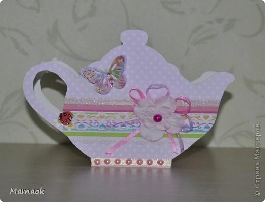 Увидела я чайничек-салфетницу  у Сапелкиной Ларисы (вот здесь http://stranamasterov.ru/node/375525?c=favorite) и ……. влюбилась в эту идею……прям загорелась сделать что-то подобное........ и вот что из этого вышло ( правда это не салфетница, а коробочка для чайных пакетиков). Шаблончик нашла на просторах инета и ссылочку к сожалению не сохранила (( С одной стороны  фото 1