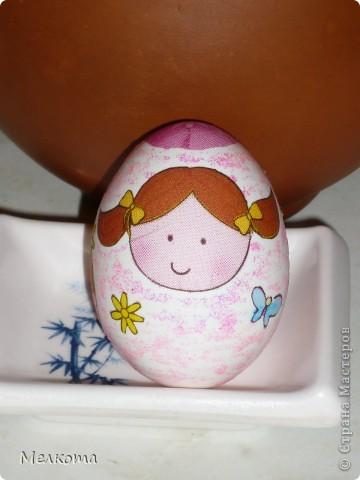 Это было мое первое знакомство с декупажем. Для начала решила отдекупажить то, чего много и что не жалко - пустую скорлупу от яиц. В качестве фона детские гелевые блестки.  Скромно, но симпатично.  Очень трудно было вырезать каждую веточку. фото 6