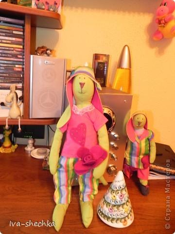 Решила племяшке сделать игрушку своими руками и остановила выбор на тильде, а именно на тильде- зайке)) Но так как это мой первый опыт работы со швейной машинкой и выкройкой-не судите строго:)) фото 6