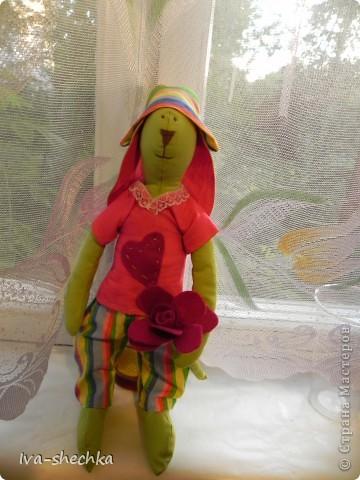 Решила племяшке сделать игрушку своими руками и остановила выбор на тильде, а именно на тильде- зайке)) Но так как это мой первый опыт работы со швейной машинкой и выкройкой-не судите строго:)) фото 1