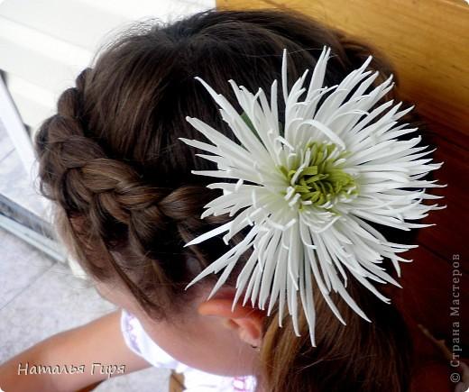 Хризантема из фоамирана в прическе девочки