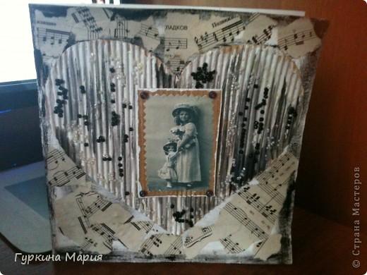 Эту открытку  делала по мк http://stranamasterov.ru/node/316964 большое спасибо за идею Ирине Соколовой!!!! использовала картон от коробок - отдирала первый слой и получался гофрированый картон,нотные листы, бисер черный и белый, фотографию девочки с куклой и 4 крупных фиолетовых бусин. фото 1