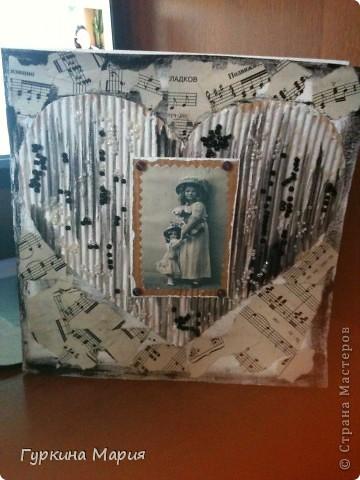 Эту открытку  делала по мк http://stranamasterov.ru/node/316964 большое спасибо за идею Ирине Соколовой!!!! использовала картон от коробок - отдирала первый слой и получался гофрированый картон,нотные листы, бисер черный и белый, фотографию девочки с куклой и 4 крупных фиолетовых бусин. фото 5