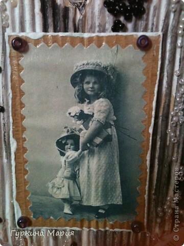 Эту открытку  делала по мк http://stranamasterov.ru/node/316964 большое спасибо за идею Ирине Соколовой!!!! использовала картон от коробок - отдирала первый слой и получался гофрированый картон,нотные листы, бисер черный и белый, фотографию девочки с куклой и 4 крупных фиолетовых бусин. фото 2