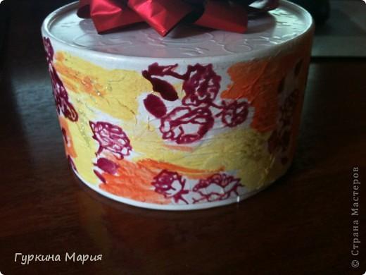 Моя очередная работа это подарочная коробка. За основу я взяла круглую коробку от конфет Рафаело. Сначала я раскрасила всё белой акриловой краской, потом приклеила салфетку с мелкими розочками, подождала пока высохнет. фото 2
