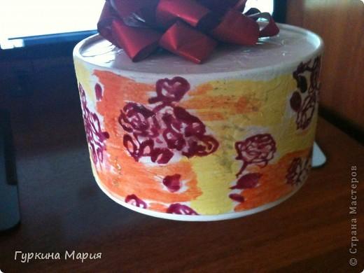 Моя очередная работа это подарочная коробка. За основу я взяла круглую коробку от конфет Рафаело. Сначала я раскрасила всё белой акриловой краской, потом приклеила салфетку с мелкими розочками, подождала пока высохнет. фото 3