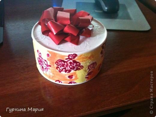 Моя очередная работа это подарочная коробка. За основу я взяла круглую коробку от конфет Рафаело. Сначала я раскрасила всё белой акриловой краской, потом приклеила салфетку с мелкими розочками, подождала пока высохнет. фото 1