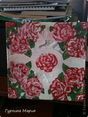 моя 2 подарочная коробочка. использовала за основу коробочку из под конфет рафаело,только квадратную, салфетку с розами той же любимой фирмы Bouquet, гуашевые краски и акиловый лак. Получилось много складок и морщинок так как это  одна из первых работ в технике декупаж. фото 1