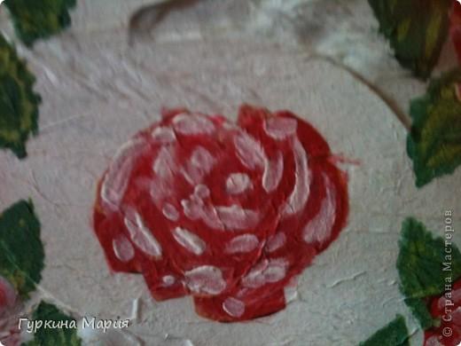 моя 2 подарочная коробочка. использовала за основу коробочку из под конфет рафаело,только квадратную, салфетку с розами той же любимой фирмы Bouquet, гуашевые краски и акиловый лак. Получилось много складок и морщинок так как это  одна из первых работ в технике декупаж. фото 2
