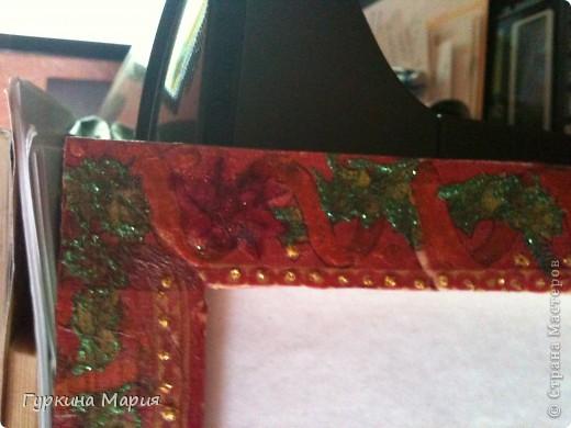 Моя работа рамка для фотографий. Использованны салфетки всё той же фирмы, клей, гель с блёстками и витражные краски. фото 2