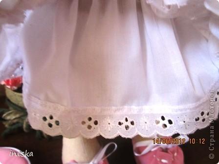 Представляю вам мою первую куколку Снежку,зовут ее Снежана,она появилась у меня благодаря совмесному пошиву который организовали девочки здесь на сайте  http://stranamasterov.ru/node/371127?c=favorite ,за что я им очень благодарна.Сегодня последний день,так боялась что не успею,но вроди бы уложилась в срок,история длинная,очень мне хотелось пошить куколку,но почемуто не решалась,а тут СП спасибо Ане http://stranamasterov.ru/user/159777  что мне сказала,это можно сказать благодаря ей у меня теперь есть такое чудо. Поверьте шить ее не очень трудно,намного сложнее одеть,это уж головоломка точно,но вот решив все проблемы теперь у меня живет Снежанка вот такая дамочка в шляпке,почему в шляпке не знаю,я ее увидела в шляпке и все,может потому что живем мы в далекой Африке а девочка нежная ,вот и надо было шляпку чтобы от солнца прятать нежное личико,ну короче получилась она такая с сердечком на платьице чтобы было видно что у нас оно есть и мы очень нежные ,ее я подарю моей дочке послезавтра на День рождения,она ее еще не видела и не знает что я ее сшила,это сюрприз,поэтому шить приходилось украдкой когда ее не было дома,ну вот представляю вам маленькую фотосессию,приятного просмотра фото 7