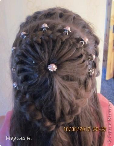 Недавно на праздник сделали дочке вот такую причёску. Правда, фотографировали после праздника и локоны уже распустились! )) фото 2