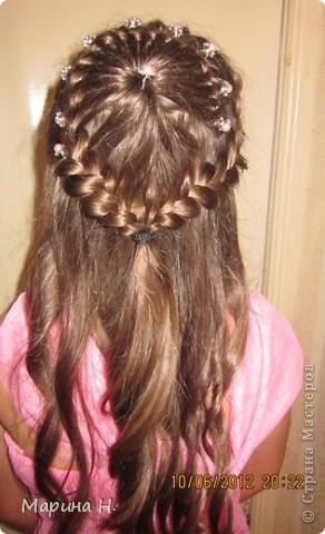 Недавно на праздник сделали дочке вот такую причёску. Правда, фотографировали после праздника и локоны уже распустились! )) фото 1