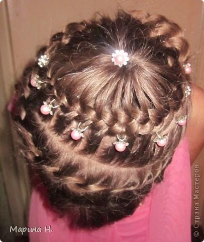 Недавно на праздник сделали дочке вот такую причёску. Правда, фотографировали после праздника и локоны уже распустились! )) фото 3