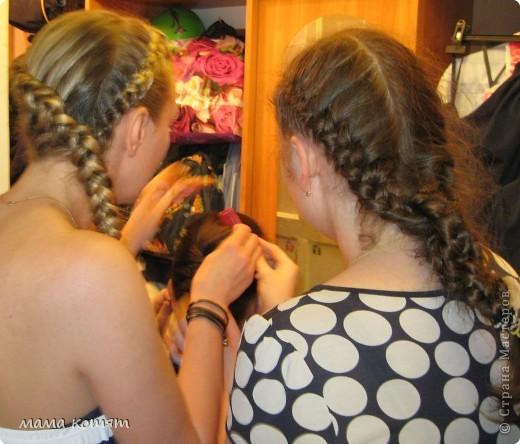 """Доброго всем времени суток. я очень долго складировала фото своих причёсок и """"наконец настал тот час""""))). эту причёску я делала пару недель назад своей куме - она шла на день варенья). вот отсель я научилась плести из хвоста такую шикарную косу http://stranamasterov.ru/node/316387. спасибо Поганочке за такую отличную причу) я и себе уже несколько раз и в разных вариантах заплетала, но всё никак не запечатлею. фото 5"""