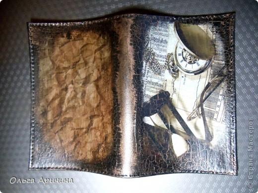 """Кожаная обложка для автодокументов """"Мужская слабость"""", декорированная в технике декупаж, подрисовка акриловыми красками, в трещинки затерт бронзовый состав для патинирования, покрыта стекловидным лаком. фото 5"""