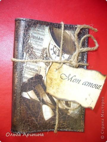 """Кожаная обложка для автодокументов """"Мужская слабость"""", декорированная в технике декупаж, подрисовка акриловыми красками, в трещинки затерт бронзовый состав для патинирования, покрыта стекловидным лаком. фото 4"""