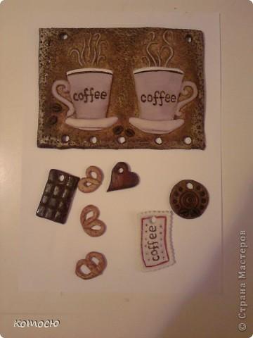 Кофе, как и чай, появился в России в XVII веке. Царь Алексей Михайлович страдал от головной боли, и придворный лекарь в 1665 году прописал ему кофе: «Вареное кофе, персианами и турками знаемое, и обычно после обеда, изрядно есть лекарство против надмений, насморков и главоболений». Петр I, побывав в Европе, позаимствовал среди европейских обычаев кофепитие. На ассамблеях кофе был введен как обязательный напиток. Высший свет ругал горькое новшество – «сироп из сажи», но подчинялся приказу царя.   В начале XVIII века в новой столице, Петербурге, был открыт первый в России кофейный дом, который назывался «Четыре фрегата». Екатерина продолжила дело Петра, и кофе оставался напитком знати. Сама императрица ежедневно не только пила кофе, но и, по свидетельствам современников, делала из кофейной гущи и мыла «скраб» для кожи лица и тела.  Но среди народа кофе не приживался. Многие считали его проклятым, дьявольским напитком, и в немалой степени это было из-за пропагандировавшего его Петра. Из-за давления на церковь, строгих порядков и непонятных народу реформ Петра в народе считали служителем дьявола, а непривычный черный и горький кофе – сатанинским варевом.  Только после войны с Наполеоном, увидев, как пьют кофе европейцы, русские стали привыкать к кофе. Долгое время он оставался модным напитком аристократов, и многие писатели посмеивались над этим непременным атрибутом элиты.  Первые кофейни возникли в России только в XIX веке. В Петербурге особую известность приобрела кофейня Вольфа и Беранже, в которой собирались декабристы. Постепенно кофе становился все более распространенным напитком. Исчезла как боязнь неведомого заграничного напитка, так и его элитарность, и к началу ХХ века кофе был популярен почти так же широко, как чай. http://www.coffeetime.ru фото 1