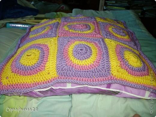 Вот и еще одна подушечка на диван. Схема взята из журнала Чудесный крючок. Выбираем три цвета пряжи, крючок №5. И начинаем творить!  фото 5