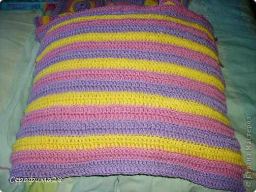 Вот и еще одна подушечка на диван. Схема взята из журнала Чудесный крючок. Выбираем три цвета пряжи, крючок №5. И начинаем творить!  фото 6
