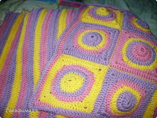 Вот и еще одна подушечка на диван. Схема взята из журнала Чудесный крючок. Выбираем три цвета пряжи, крючок №5. И начинаем творить!  фото 1