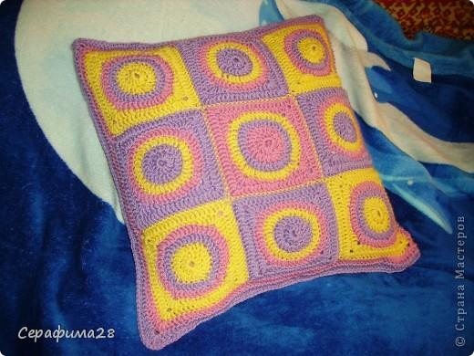 Вот и еще одна подушечка на диван. Схема взята из журнала Чудесный крючок. Выбираем три цвета пряжи, крючок №5. И начинаем творить!  фото 7