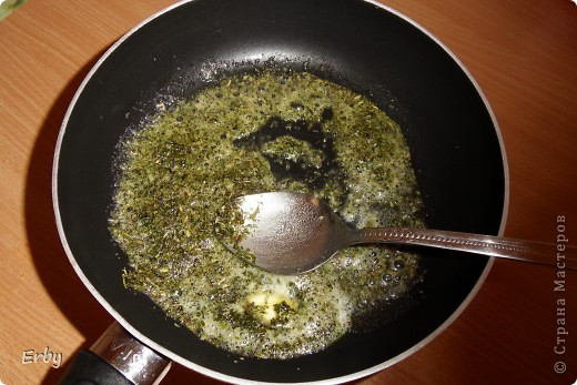 Здравствуйте. Решила поделиться с вами рецептом чечевичного супа. В  турецкой кухне очень популярны супы-пюре. Не исключение и чечевичный суп. Это то блюдо, которое очень быстро готовится и требует минимальных затрат как продуктов, так и времени, но является достаточно сытным и, главное, вкусным. Для приготовления понадобятся лук, красная чечевица, картофель, томатная паста, соль, перец, сушеная мята, сливочное масло. фото 7