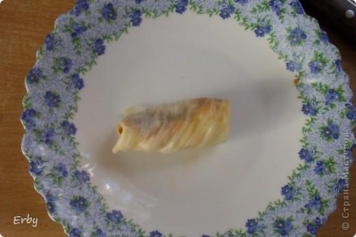 """Надо сказать, что в турецкой кухне есть определенные слова в названиях блюд. Например, все что сворачивается называется """"сарма"""" (от глагола """"sarmak""""), это может быть сарма из виноградных листьев, капусты, а то, что фаршируется называется """"долма"""" (от глагола """"doldurmak""""), данное слово применяется к перцу или кабачкам, ну и всему, что можно """"наполнить"""". Так голубцы называются по-турецки """"лахана сармасы"""", но я буду использовать привычное нашему уху название. Что отличает турецкие голубцы от русских, так это пикантность вкуса, которая достигается за счет приправ. Для блюда нам понадобится: фарш 300-350 г, рис, капуста, лук, томатная паста, сливочное масло, соль, перец, сушеная мята, тимьян, перетертый тмин (если тмин найти проблемно, то можно обойтись и без него), укроп, петрушка, чеснок. фото 7"""