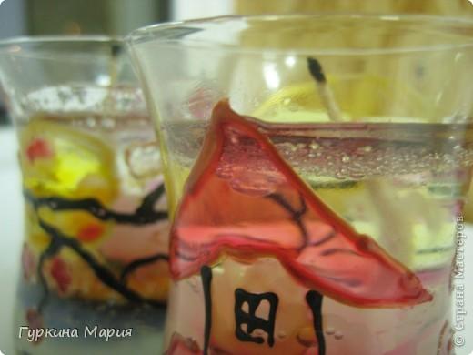Это мои свечи с дизайном Япония. В работе я использовала: гель, витражные краски, песок, бисер, цветы, фитильки. Бисер не видно, так как работа сфотографирована сразу после изготовления и гель ещё не разошёлся, а так бисер на дне. фото 3