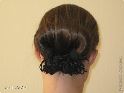 Исходное положение. Все волосы просовываем в прорезь и распределяем их по всей длине заколки. фото 4
