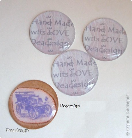 Хочу предложить Вашему вниманию несколько вариантов изготовления и использования скрап фишек. 1 вариант - это создание своего фирменного логотипа мастера (на фото - мой образец :) Deadesign).Создаем свой логотип, распечатываем на бумаге, приклеиваем сверху прозрачный шильдик - и замечательное украшение-оно же печать мастера - готово подробнее картинки можно рассмотреть в моем блоге заходите в гости   фото 6
