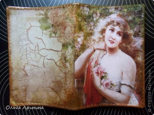 """Моя, наверное, самая любимая на сегодняшний день обложка на паспорт """"Вуаль"""". Декорирована в технике декупаж с применением кракелюра, в трещенки затерты золотые тени. фото 2"""