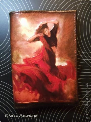 """Кожаная обложка для паспорта """"Фламенко"""", декорированная в технике декупаж, подрисовка акриловыми красками, покрыта стекловидным лаком. Обложка делалась для девушки, супруг которой не очень любит на ней красный цвет, поэтому мы решили оторваться на паспортной обложке по полной!!! фото 2"""