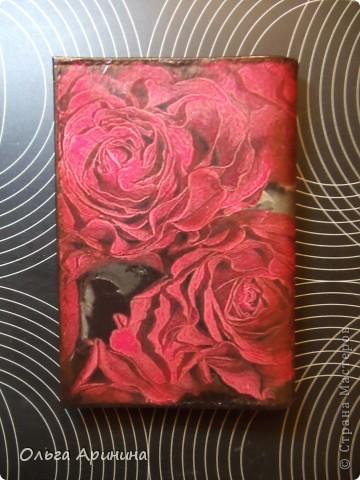 """Кожаная обложка для паспорта """"Фламенко"""", декорированная в технике декупаж, подрисовка акриловыми красками, покрыта стекловидным лаком. Обложка делалась для девушки, супруг которой не очень любит на ней красный цвет, поэтому мы решили оторваться на паспортной обложке по полной!!! фото 3"""