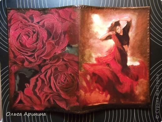 """Кожаная обложка для паспорта """"Фламенко"""", декорированная в технике декупаж, подрисовка акриловыми красками, покрыта стекловидным лаком. Обложка делалась для девушки, супруг которой не очень любит на ней красный цвет, поэтому мы решили оторваться на паспортной обложке по полной!!! фото 1"""