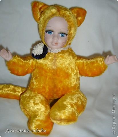 Давно мылилась на такую куклу и вот решилась. Хотелось многого ,но начала с котейки. рост 25 см.сидящая малышка,статичная.Следующую сделаю на шплинтах. авторская работа. личико и ручки-от коллекционной куклы (фарфор) 2006года. фото 1