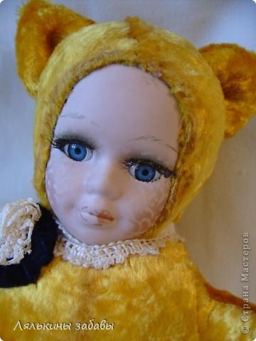Давно мылилась на такую куклу и вот решилась. Хотелось многого ,но начала с котейки. рост 25 см.сидящая малышка,статичная.Следующую сделаю на шплинтах. авторская работа. личико и ручки-от коллекционной куклы (фарфор) 2006года. фото 3