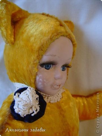 Давно мылилась на такую куклу и вот решилась. Хотелось многого ,но начала с котейки. рост 25 см.сидящая малышка,статичная.Следующую сделаю на шплинтах. авторская работа. личико и ручки-от коллекционной куклы (фарфор) 2006года. фото 4