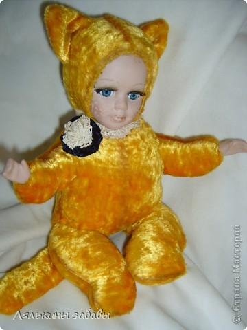Давно мылилась на такую куклу и вот решилась. Хотелось многого ,но начала с котейки. рост 25 см.сидящая малышка,статичная.Следующую сделаю на шплинтах. авторская работа. личико и ручки-от коллекционной куклы (фарфор) 2006года. фото 9