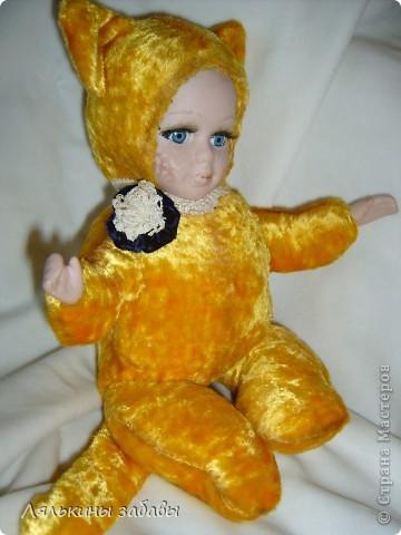 Давно мылилась на такую куклу и вот решилась. Хотелось многого ,но начала с котейки. рост 25 см.сидящая малышка,статичная.Следующую сделаю на шплинтах. авторская работа. личико и ручки-от коллекционной куклы (фарфор) 2006года. фото 10