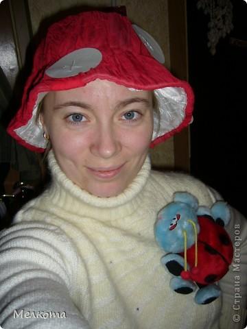 Вот какие веселенькие костюмчики у меня получились. По детскому костюму сначала. Все вещи из гардероба, даже красная беретка. Собственно говоря, под нее и придумала все остальное. Белые круги из картона просто пришила двумя стежками в середине. На шляпке ползает пчела из желтого внутреннего яйца от киндер-сюрприза. Она полосатая (черная гуашь) и в нее вставлены крылошки. Мухоморчик на бусах вырезала из пенопласта и раскрасила. На плечо и на гусиницу пришила по две кнопочки. Так что она отстегивается. На пояс ленточка, как травка. фото 2
