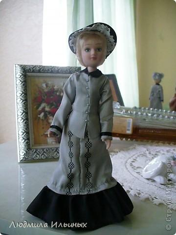 С большим опозданием выкладываю  фото Эстеллы Хэвишем. Очень долго создавался ее образ... Кукла мне досталась очень неказистая. Мало того, что наряд невзрачный, так еще и вся в клею, кособокая, на юбке затяжки. Юбку пришлось шить новую. Жакет украсила манжетами, воротничком и жабо с брошкой. И вот куколка ожила, засияла новыми красками.  фото 1